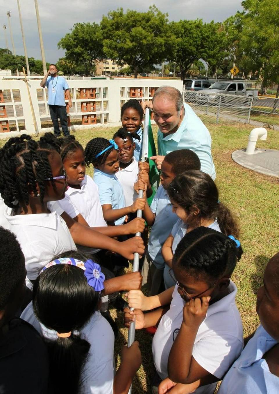 Artist Xavier Cortada interacts with students at Fulford Elementary during Earth Day festivities. ROBERTO KOLTUN EL NUEVO HERALD