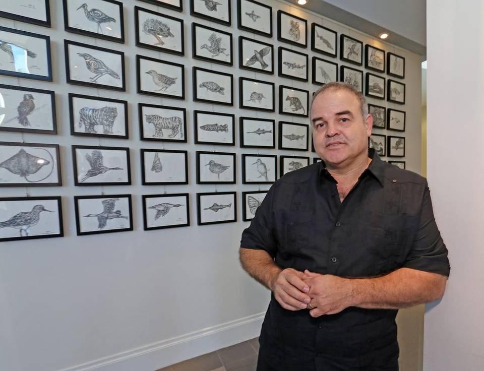 """El artista Xavier Cortada en su exposición de arte en el Milander Center, muestra su colección """"CLIMA"""", el viernes 11 de diciembre de 2015. C.M. GUERRERO"""